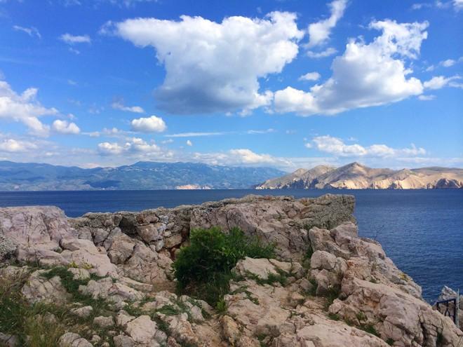 Vista de Baska, Ilha Krk para o Mar Adriático