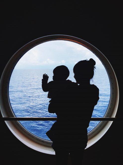 Mãe e filha em um navio